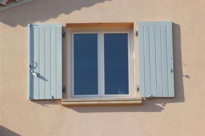 Fenêtre PVC blanc, volets gris clair