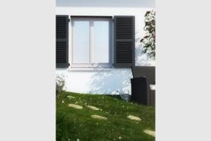 Fenêtre PVC blanc volets gris