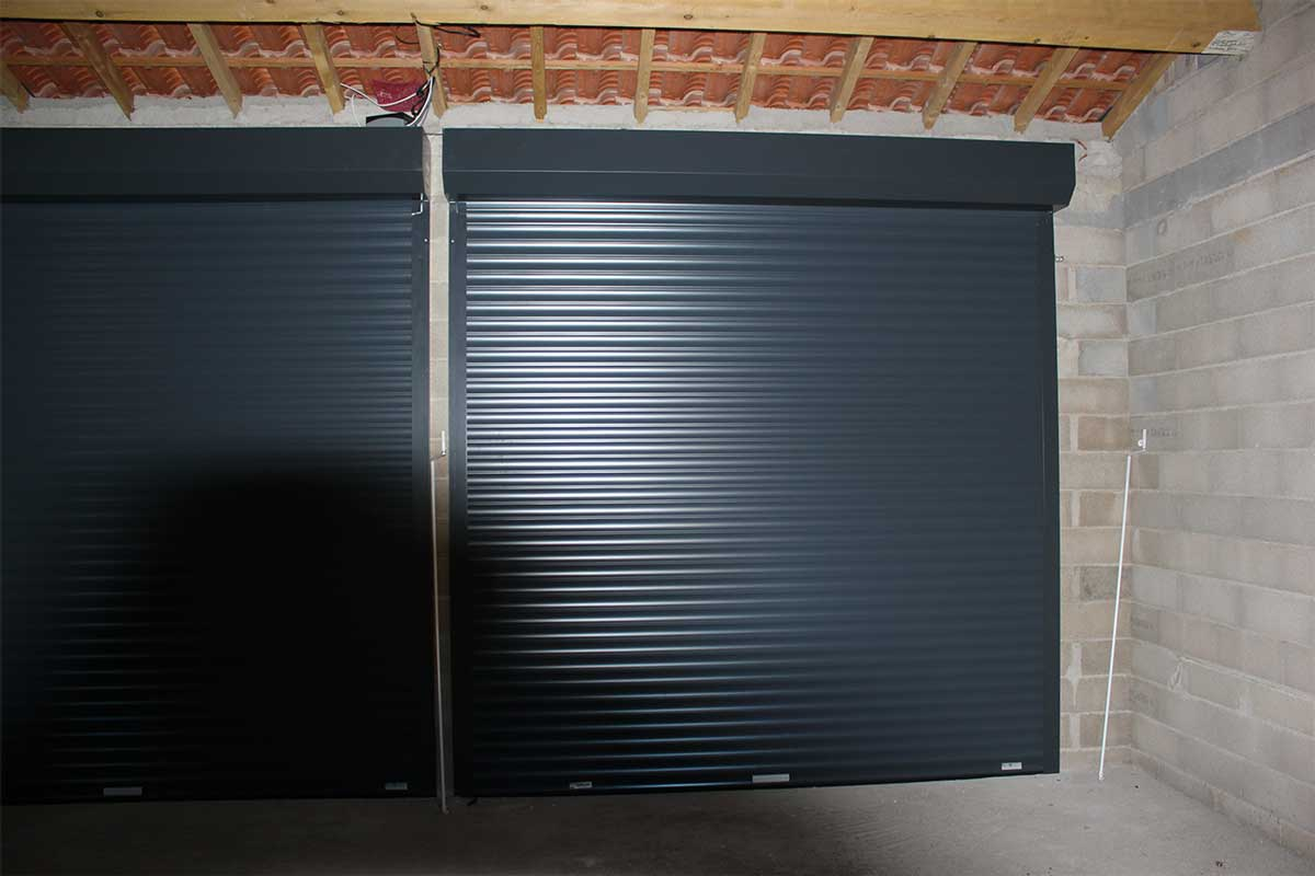 Porte de garage enroulable noire gma fen tres for Porte garage enroulable