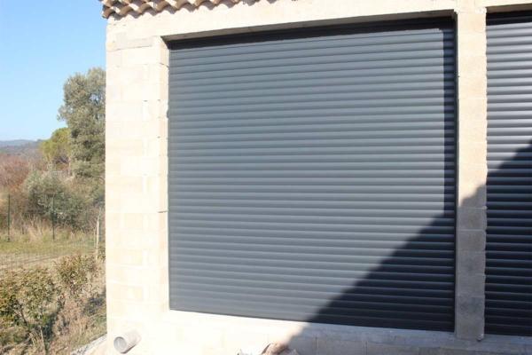 Porte de garage enroulable grise
