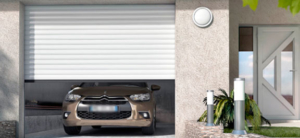 Porte de garage enroulable et porte d'entrée