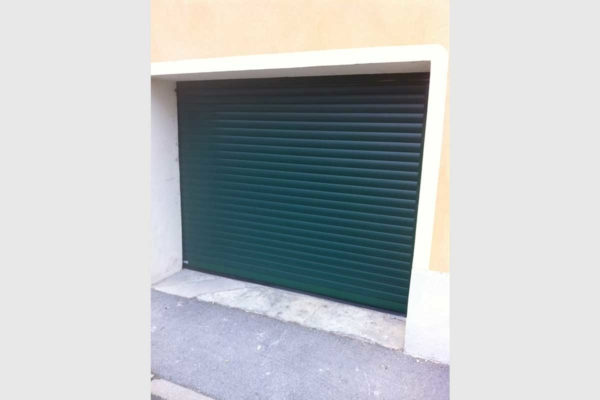 Porte de garage enroulable verte