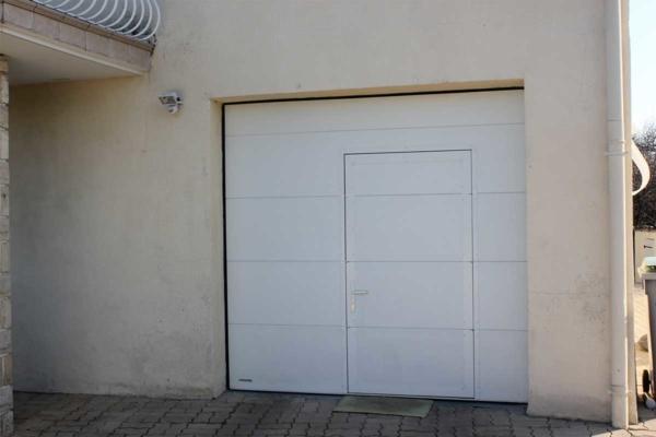 Porte-de-garage-sectionnelle-avec-portillon-A