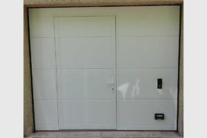 Porte de garage sectionnelle avec portillon fermé