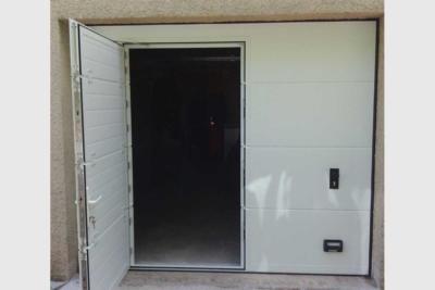 Porte de garage sectionnelle avec portillon ouvert