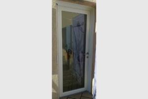 Porte d'entrée PVC vitrée à motif