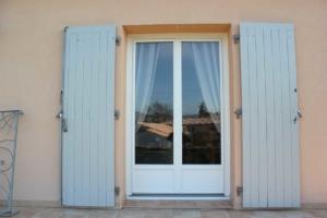 Porte-fenêtre PVC blanc double volets bleus