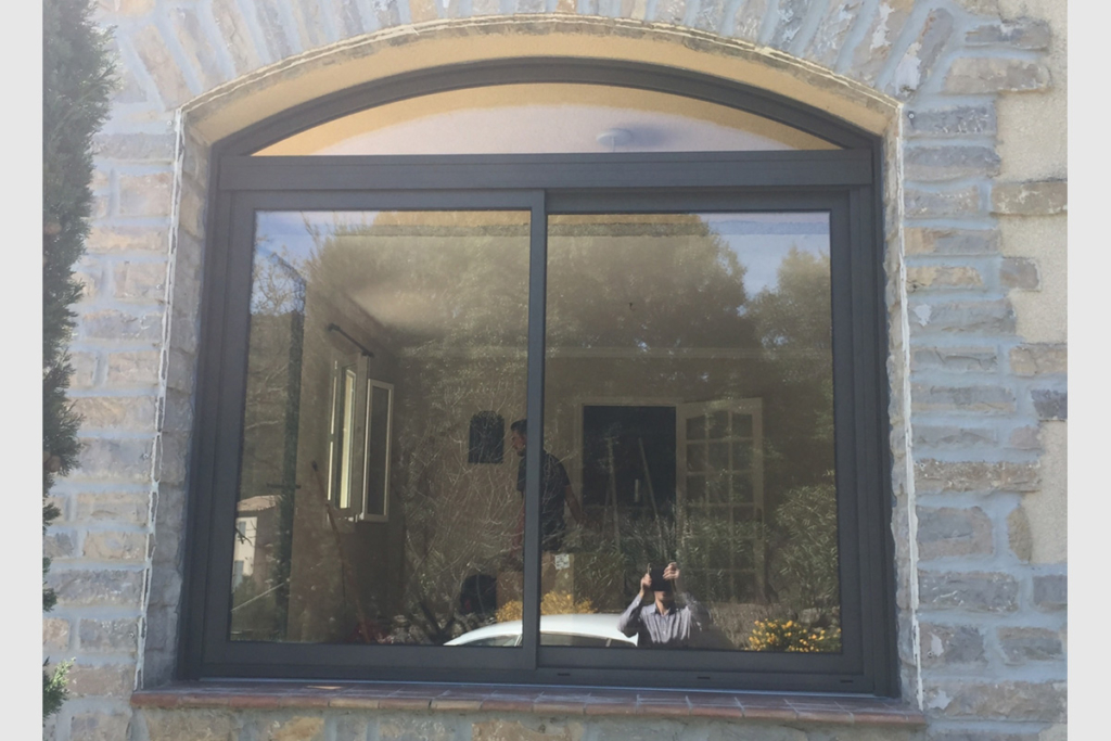 Photo Fenêtre cintrée coulissante en aluminium