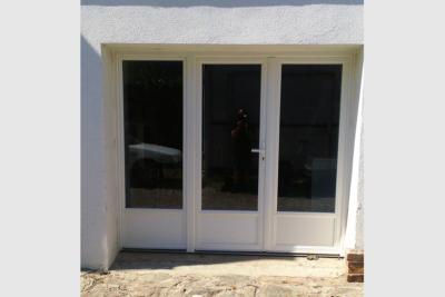 Photo Porte-fenêtre blanche 3 vantaux avec soubassement