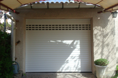Photo Porte de garage enroulable avec lames hublots