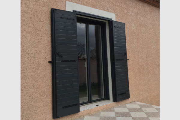 Photo Volet battant et porte fenêtre en alu coloris gris anthracite