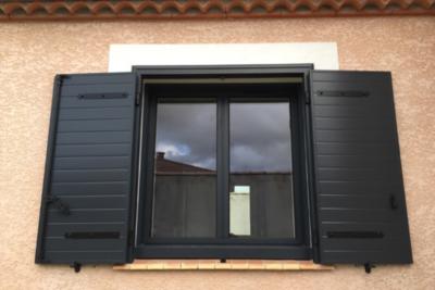 Volets battants et fenêtre en aluminium gris anthracite