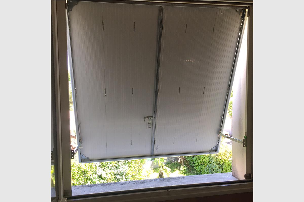 Photo Persienne blanche en PVC à projection