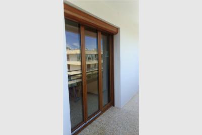 Photo Porte-fenêtre PVC 3 vantaux chêne doré