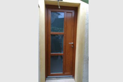 Photo Porte d'entrée en PVC de couleur chêne doré