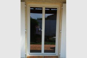 Photo Porte-fenêtre PVC blanc deux vantaux