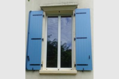 Photo Volet battant en aluminium bleu pastel