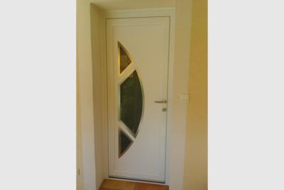 Porte d'entrée blanche PVC avec panneau décor