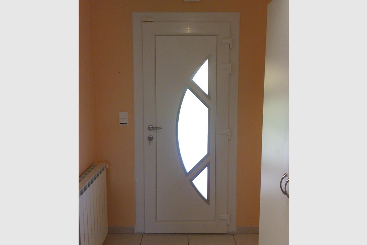 Porte d'entrée blanche PVC avec un panneau décor
