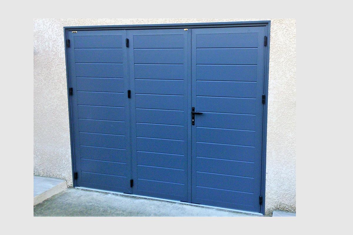 Porte de garage battante trois vantaux