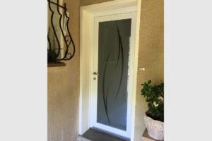 Photo porte d'entrée en PVC vitrée