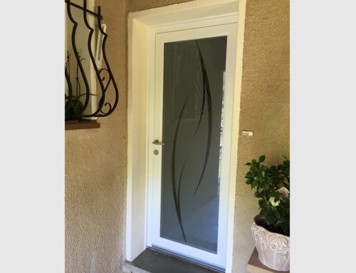 Porte d'entrée en PVC avec panneau vitré