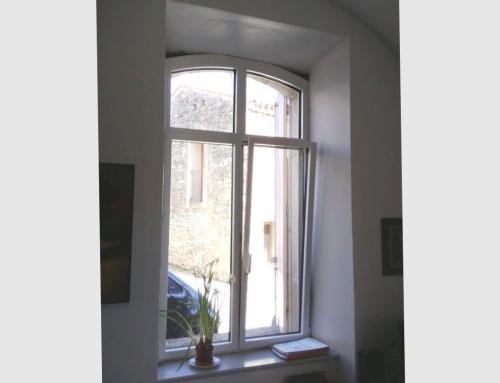 Fenêtre cintrée en aluminium avec faux meneau