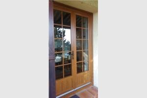 Porte-fenêtre en PVC imitation bois avec petits bois incorporés dans le vitrage