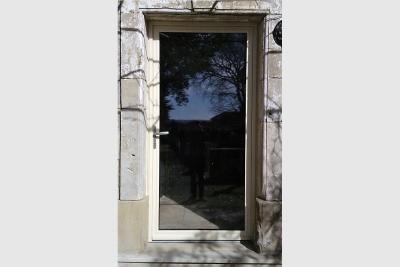 Porte d'entrée en aluminium vitrée bicolore blanche intérieur et ivoire extérieur