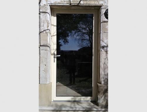 Porte d'entrée en aluminium vitrée