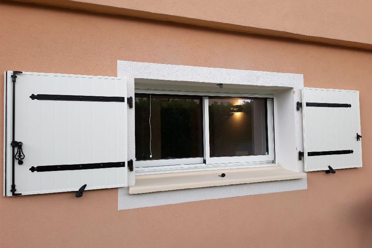 Fenêtre coulissante en aluminium coloris blanc avec volets battant en aluminium blanc