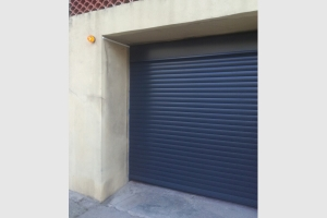 Porte de garage enroulable coloris gris anthracite.