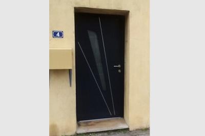 Porte d'entrée bicolore en aluminium de marque Kline. Blanche intérieur et gris anthracite extérieur.