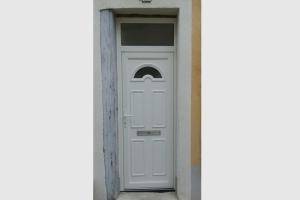 Porte d'entrée en pvc blanc. Imposte fixe sur le dessus. Demie lune vitrée