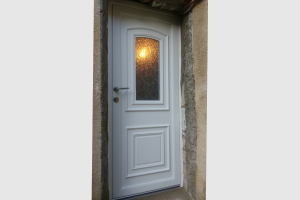 Porte d'entrée en pvc coloris blanc. Modèle TAHITI, vitrage delta mat.