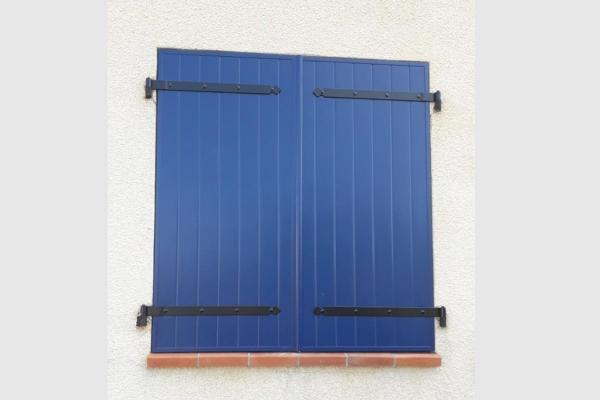 Volet battant 2 vantaux en aluminium. Coloris bleu saphir avec quincaillerie en aluminium noire
