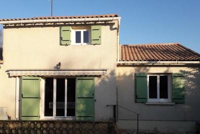 Volets battants en aluminium coloris vert fenêtres et portes-fenêtres en pvc blanc