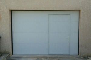 porte-de-garage-sectionnelle-motorisee-avec-portillon