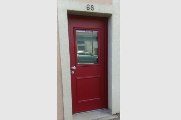 porte-entree-aluminium-rouge-avec-zone-vitree