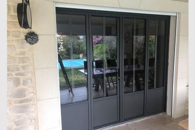 porte-fenêtre-aluminium-quatre-vantaux-gris-sable-avec-petits-bois-incorpores