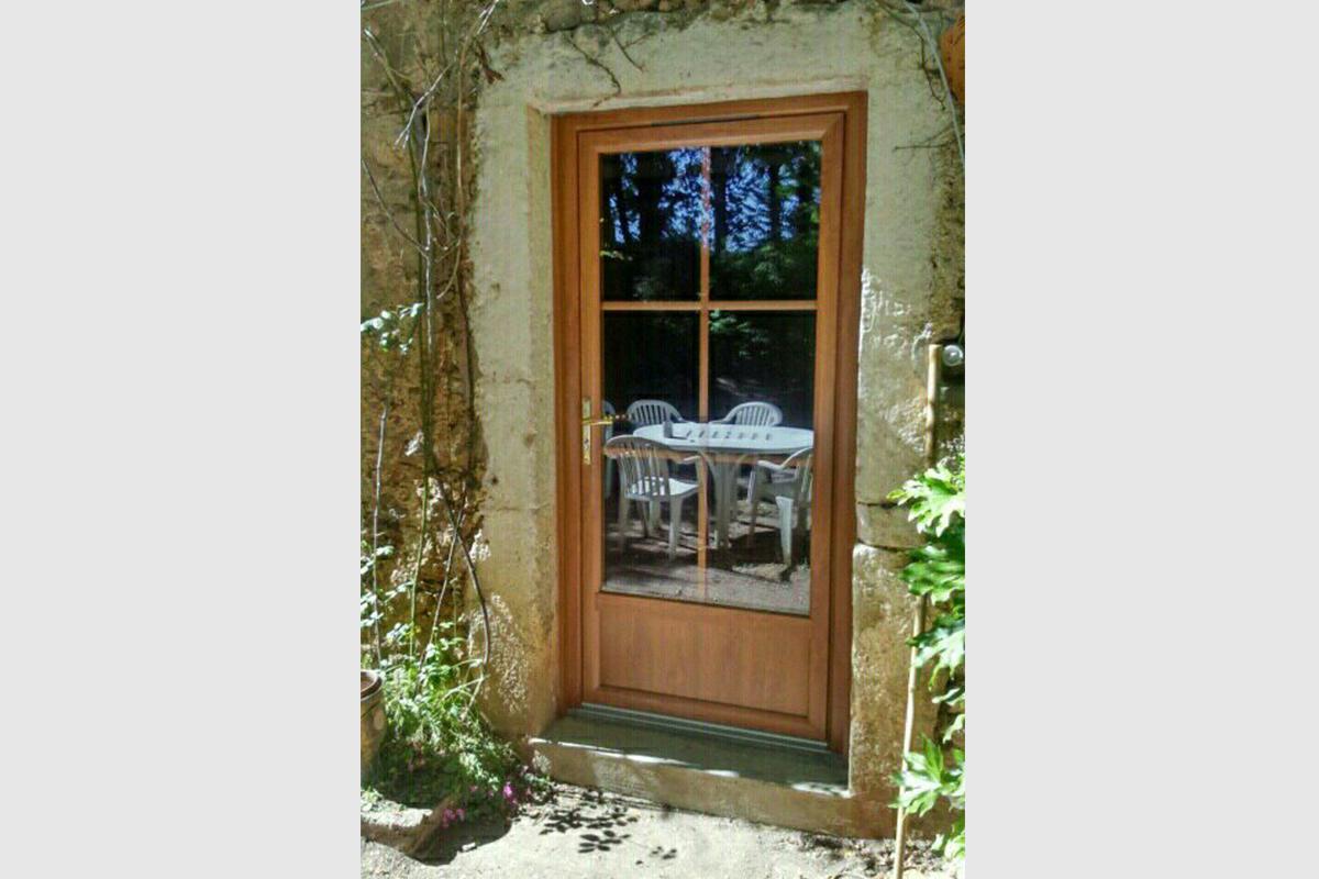 porte-fenêtre-pvc-imitation-bois-avec-petits-bois-incorpores