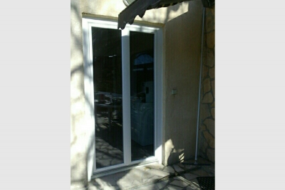 porte-fenêtre-pvc-blanc-totalement-vitree
