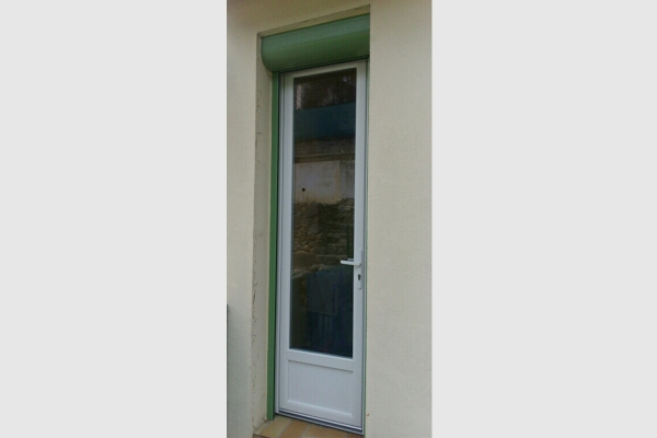 porte-fenêtre-pvc-blanc-volet-roulant-motorise-vert