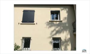 Volet battant en alu et volet roulant solaire, fenêtres en pvc coulissant GMA Fenêtres Alès