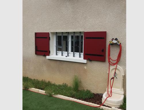Fenêtre PVC blanche avec volet battant alu rouge