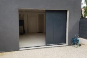 porte-de-garage-a-deplacement-lateral-gris-anthracite