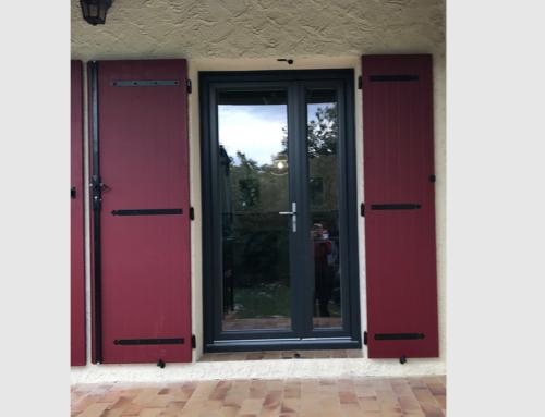 Porte-fenêtre tiercée en PVC bicolore et volet battant alu rouge