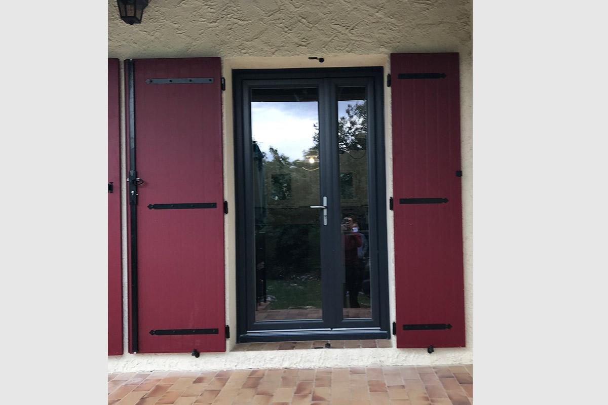porte-fenetre-tiercee-pvc-bicolore-et-volet-battant-alu-rouge