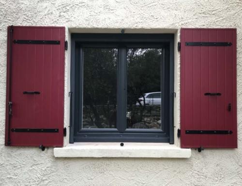 Volet battant aluminium rouge et fenêtre PVC bicolore