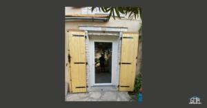 Volets battants en bois et porte-fenêtre en PVC blanc par GMA Fenêtres Alès